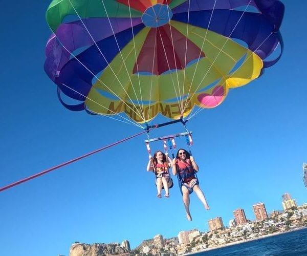 Vuelos de parasailing sobre la costa de Benidorm.