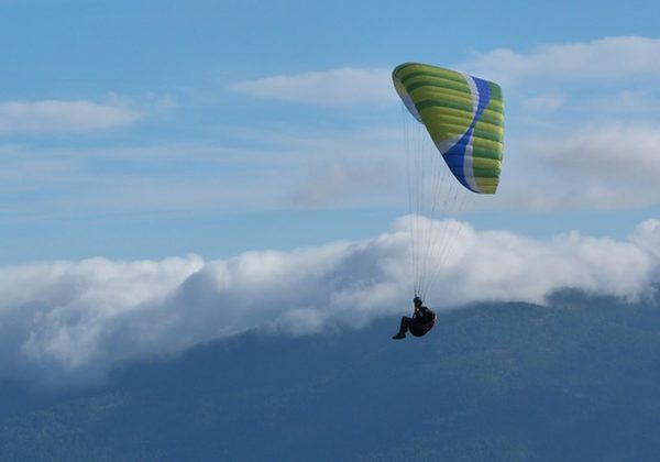 Vuelo parapente biplaza en la montaña, Madrid, España