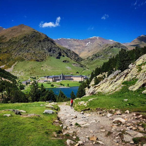Senderismo nivel fácil en el Pirineo, España