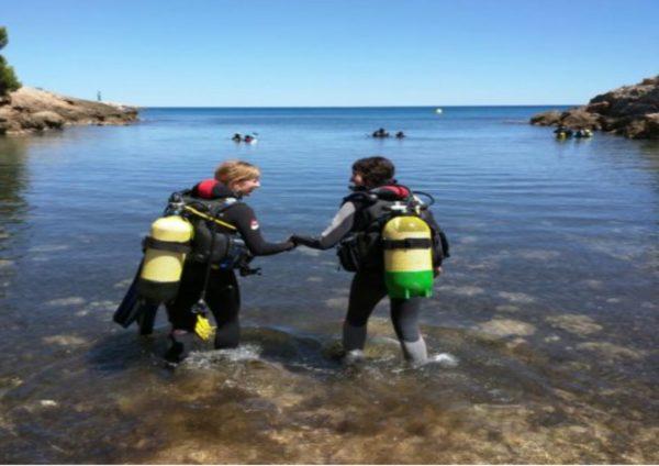 Bautismo de buceo en el mar en Calafat, Tarragona, España