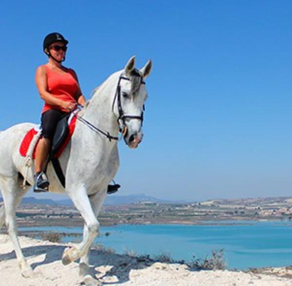 Ruta a caballo Embalse de la Pedrera en Alicante, España