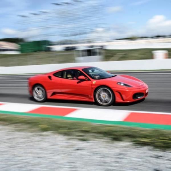 Conducir Ferrari F430 dos vueltas circuito corto en España