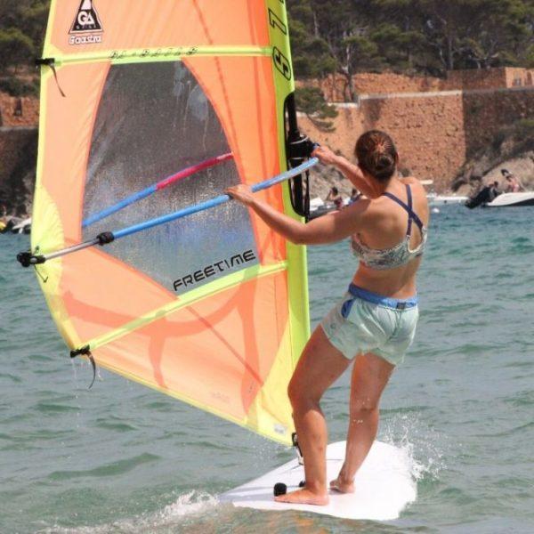 Sesión de windsurf, Girona, Cataluña
