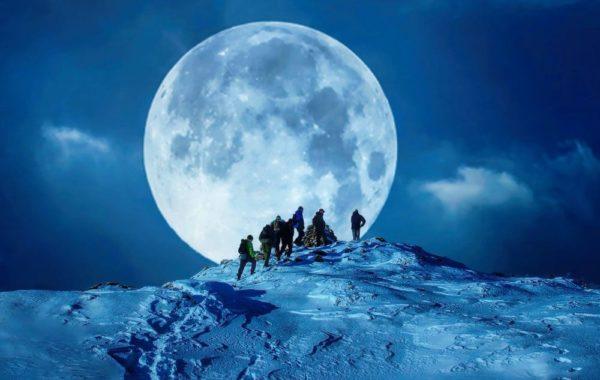 Raquetas de nieve con luna en Madrid, España